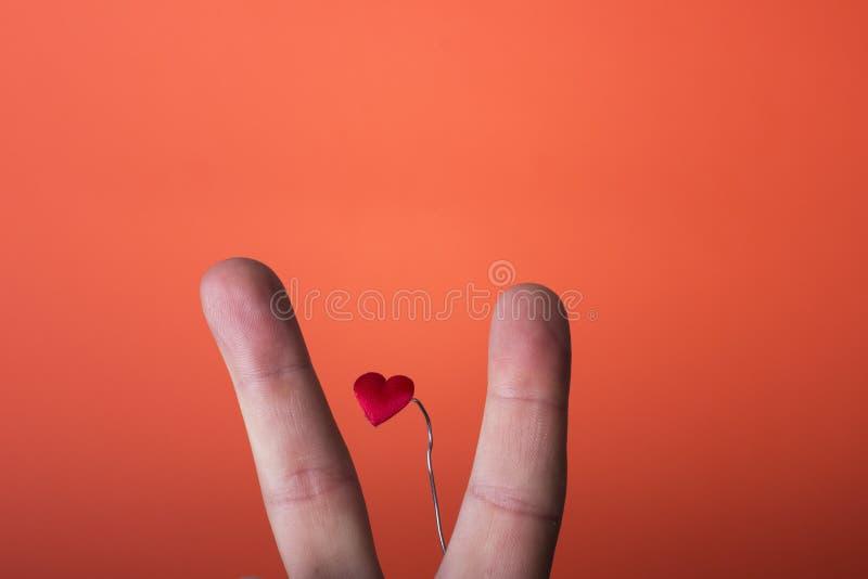 Mężczyzna ręka odizolowywająca na pomarańczowej czerwieni tle zdjęcie royalty free