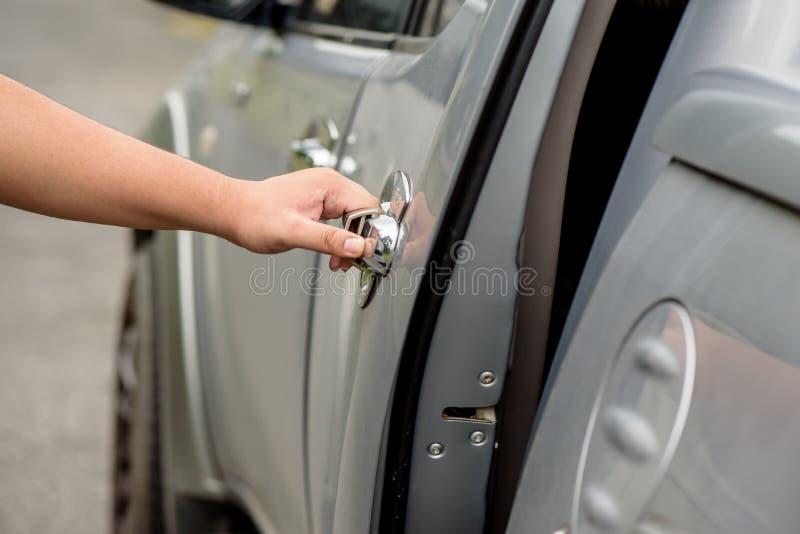 Mężczyzna ręka otwiera samochodowego drzwi fotografia royalty free