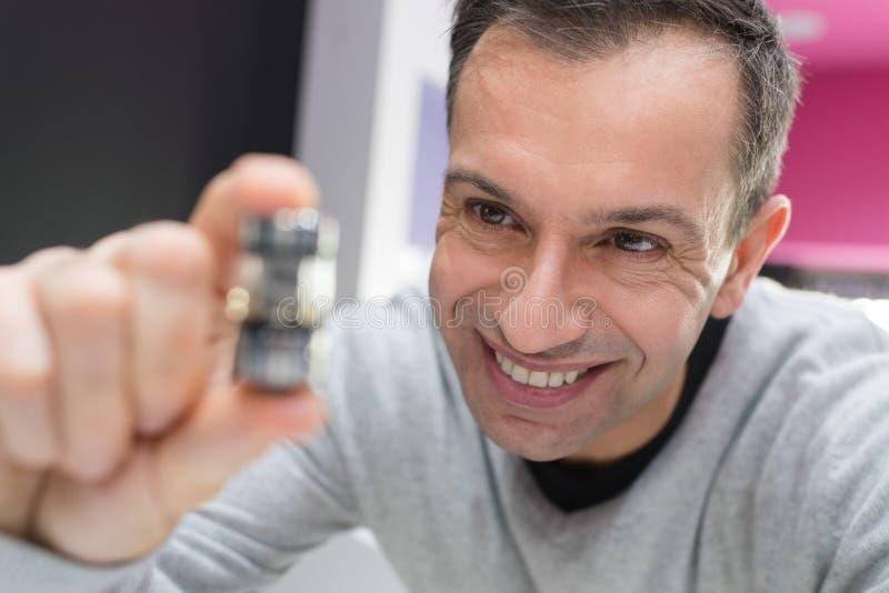 Mężczyzna ręka trzyma vaporizerelectronic papieros obrazy stock