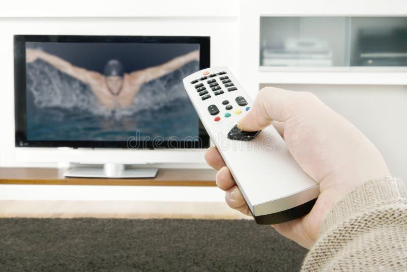 Mężczyzna ręka Używać pilot do tv obraz royalty free