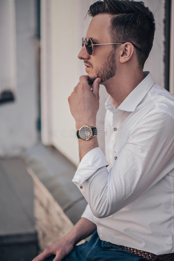 Mężczyzna ręka z czarnym zegarkiem plenerowym obraz royalty free