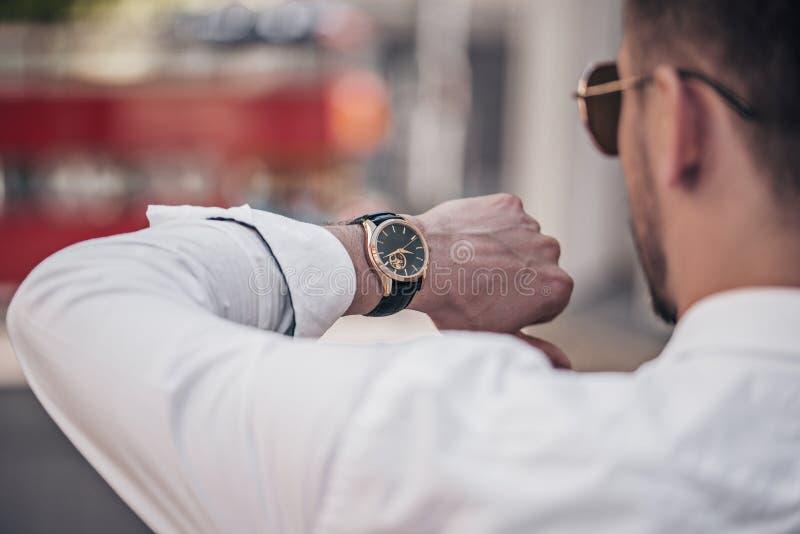Mężczyzna ręka z eleganckim zegarkiem plenerowym obrazy royalty free