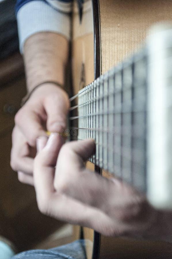 Mężczyzna ręki bawić się gitarę fotografia royalty free