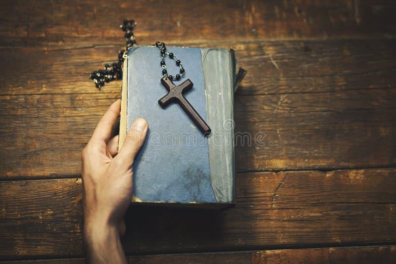 Mężczyzna ręki biblia i krzyż obrazy royalty free