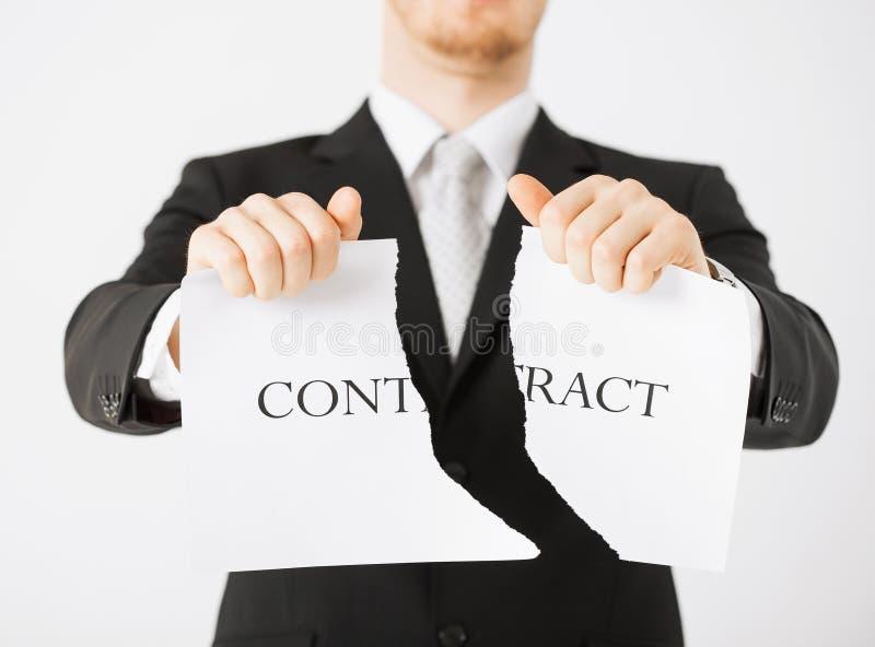 Mężczyzna ręki drzeje kontrakta papier obraz royalty free