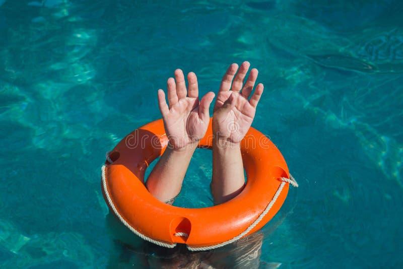 Mężczyzna ręki i lifebuoy w wodzie Tonąć i ratownicza usługa przeciw fotografia royalty free