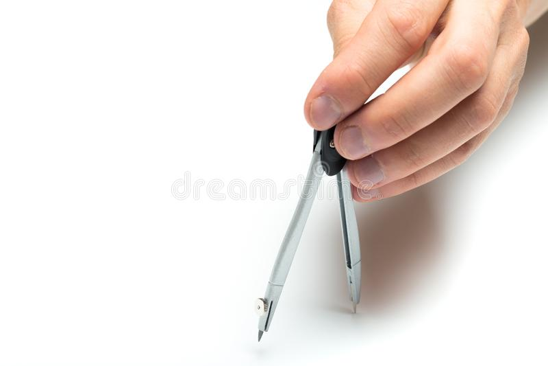 Mężczyzna ręki mienia architekta kompas na backgroung, zakończenie w górę obraz stock