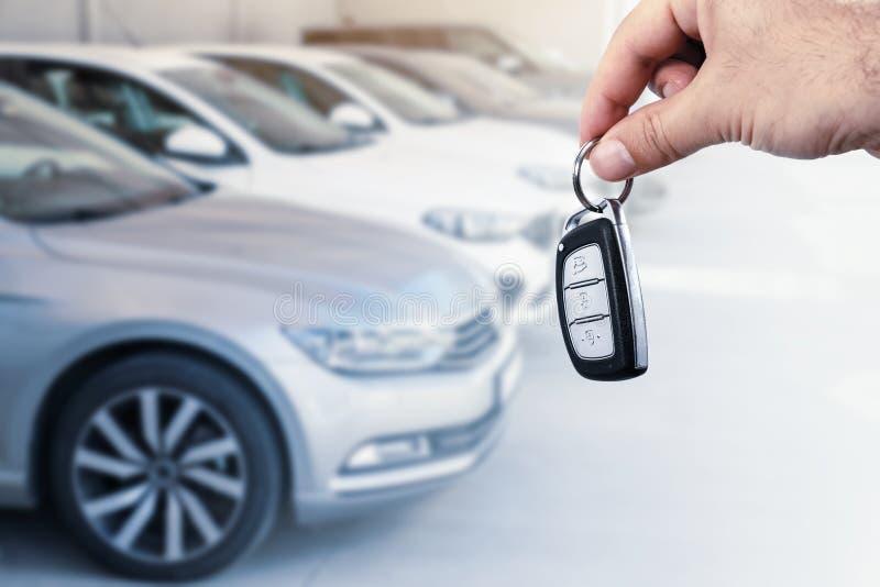 Mężczyzna ręki mienia samochodu klucz Samochodu czynsz lub leasingu pojęcie fotografia stock