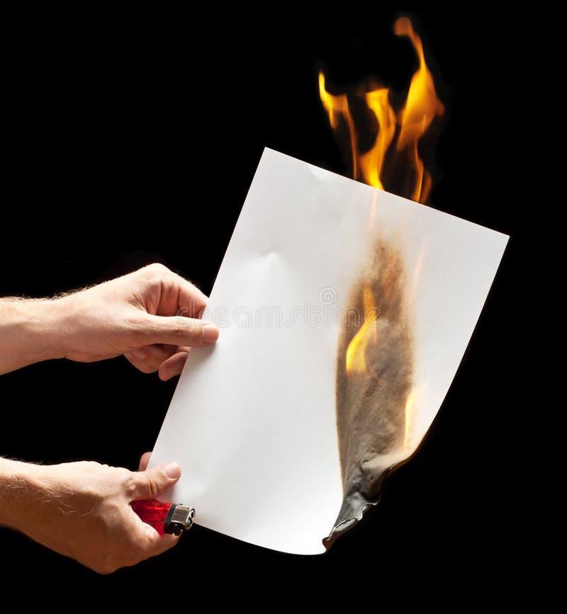 Mężczyzna ręki mienia zapalniczka i palący papier zdjęcia stock