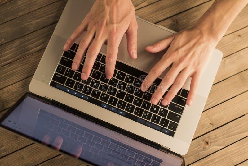 mężczyzna ręki na laptop klawiaturze Odgórny widok fotografia stock