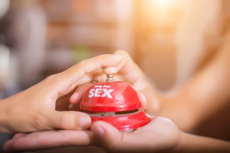Mężczyzna ręki naciskają płeć dzwon na recepcyjnym dzwonie poj?cie o p?ci i erotyczno?ci obrazy stock