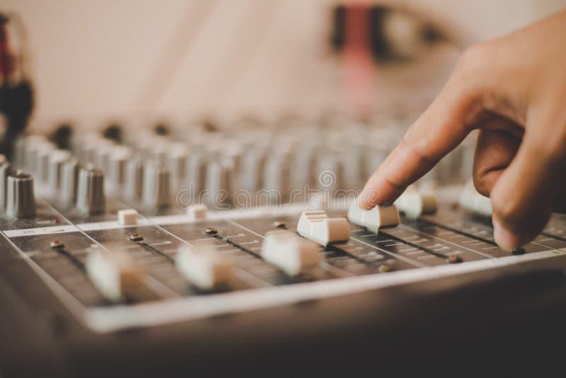 Mężczyzna ręki przystosowywa audio miesza konsolę rozsądny inżynier zdjęcie stock