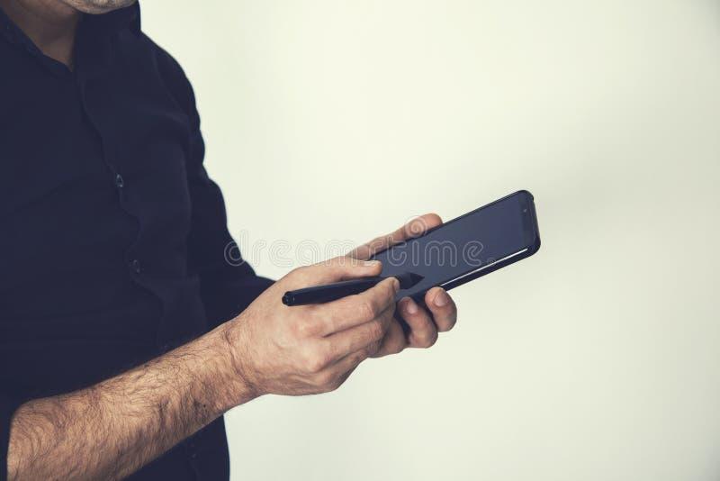 Mężczyzna ręki telefon z piórem zdjęcia royalty free