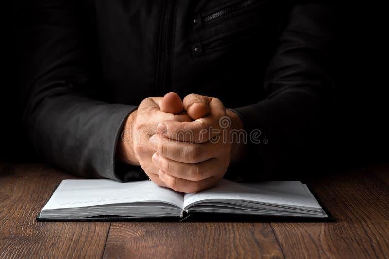 Mężczyzna ręki w modlitwie na czarnym tle Pojęcie wiara, modlitwa, opłakuje, przebaczenie, wyznanie obraz royalty free
