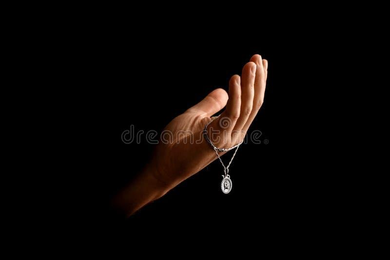 Mężczyzna ręki w modlitwie na czarnym tle Pojęcie wiara, modlitwa, opłakuje, przebaczenie, wyznanie fotografia stock