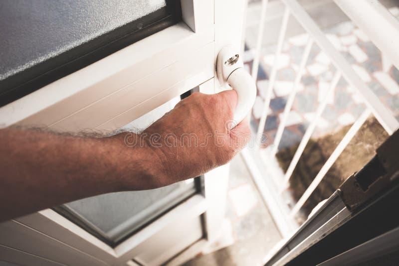 Mężczyzna ręki wejścia otwartego domu drzwiowy iść outside obraz royalty free