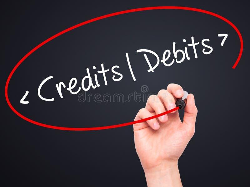 Mężczyzna ręki writing kredyty - debety z czarnym markierem na projekta sc zdjęcia stock