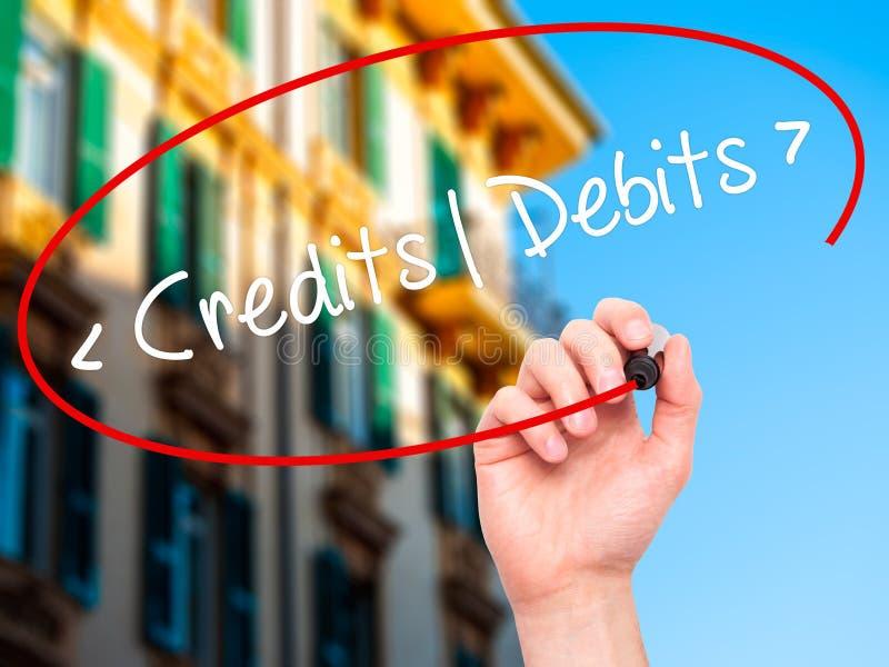 Mężczyzna ręki writing kredyty - debety z czarnym markierem na projekta sc obrazy royalty free