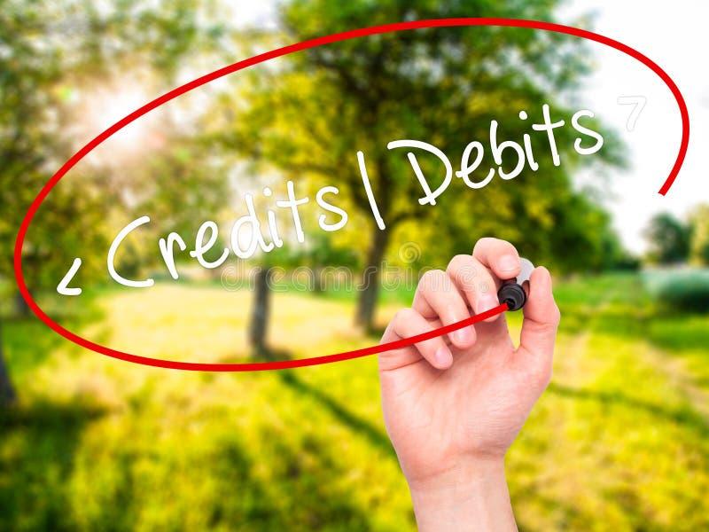 Mężczyzna ręki writing kredyty - debety z czarnym markierem na projekta sc zdjęcie stock