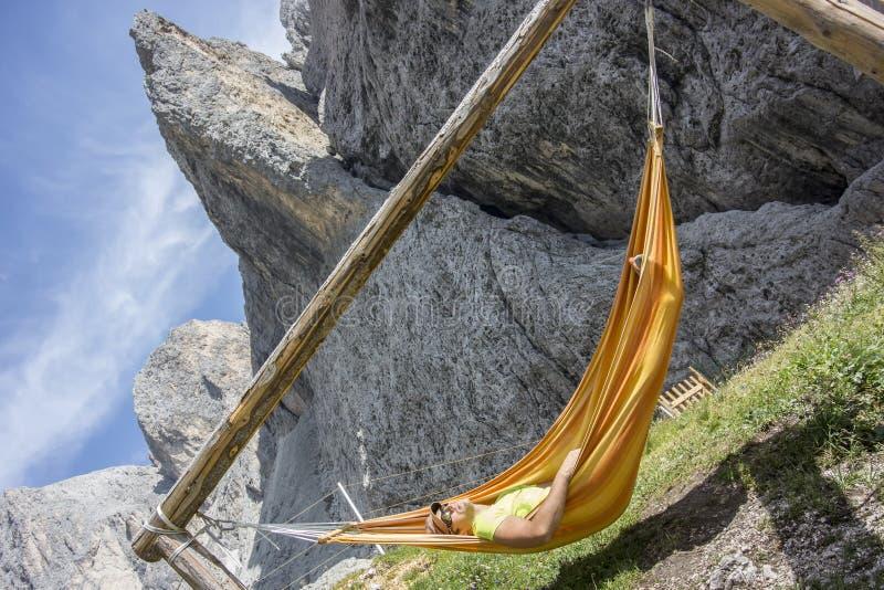 Mężczyzna relaksuje w hamaku zdjęcie royalty free