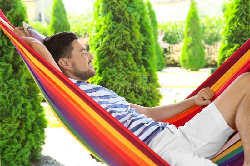 Mężczyzna relaksuje w hamaku outdoors fotografia royalty free