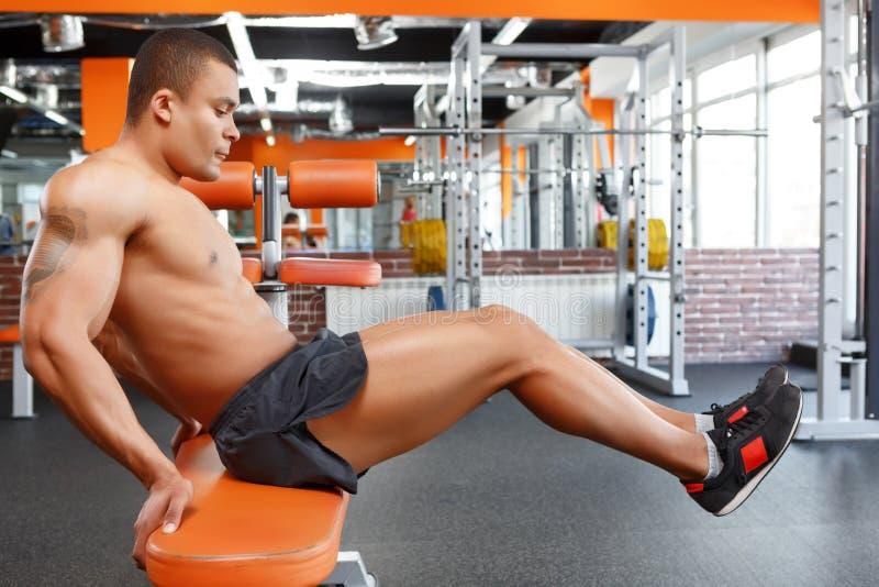 Mężczyzna robi ćwiczeniom w sporta gym fotografia royalty free