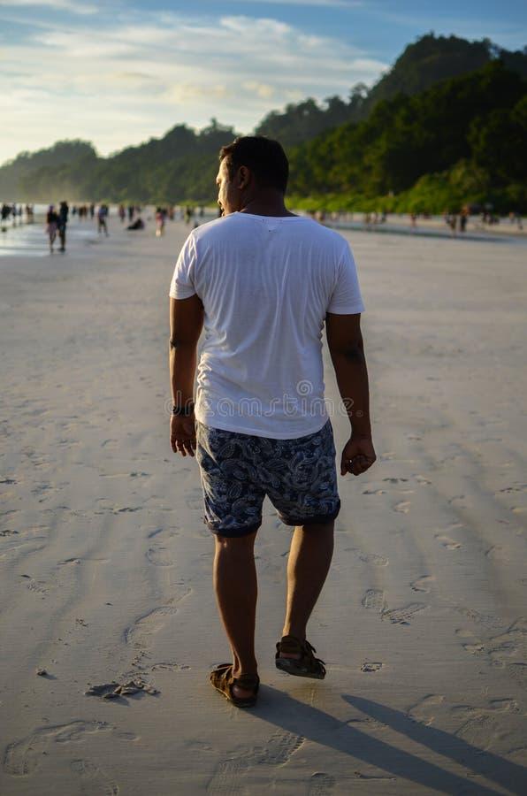 Mężczyzna Robi Śmiesznemu spacerowi Na plaży zdjęcie royalty free