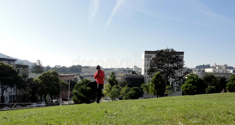 Mężczyzna robi Drzewnej pozie w San Fransisco fotografia royalty free