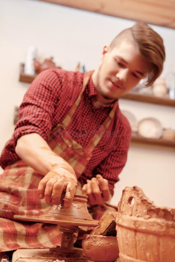 Mężczyzna robi glinianemu słojowi fotografia stock