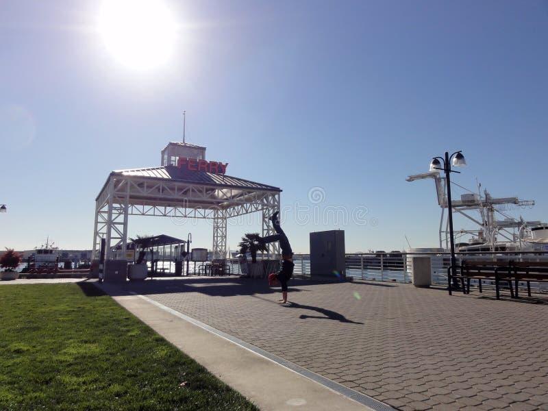 Mężczyzna robi handstand przed promu Terminal zdjęcie royalty free