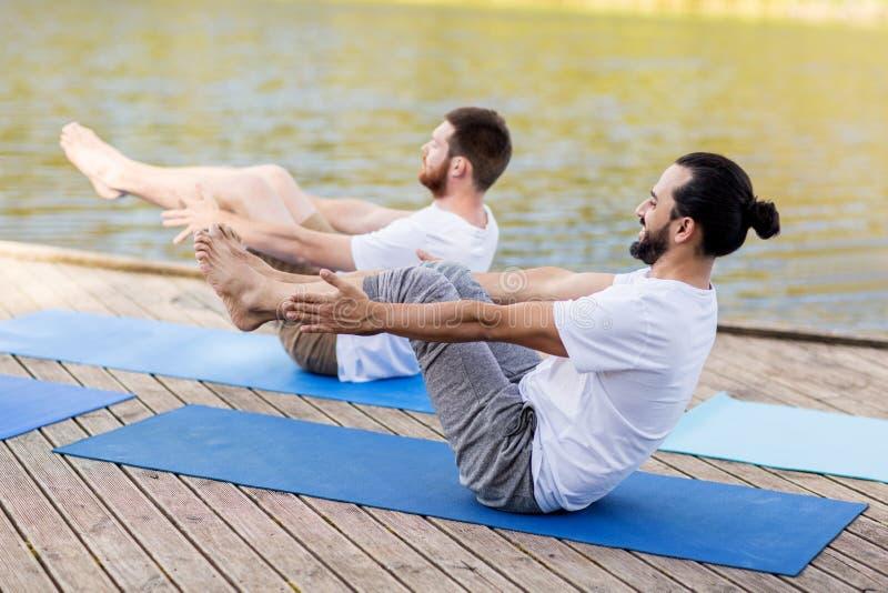 Mężczyzna robi joga w łodzi pozie outdoors fotografia royalty free
