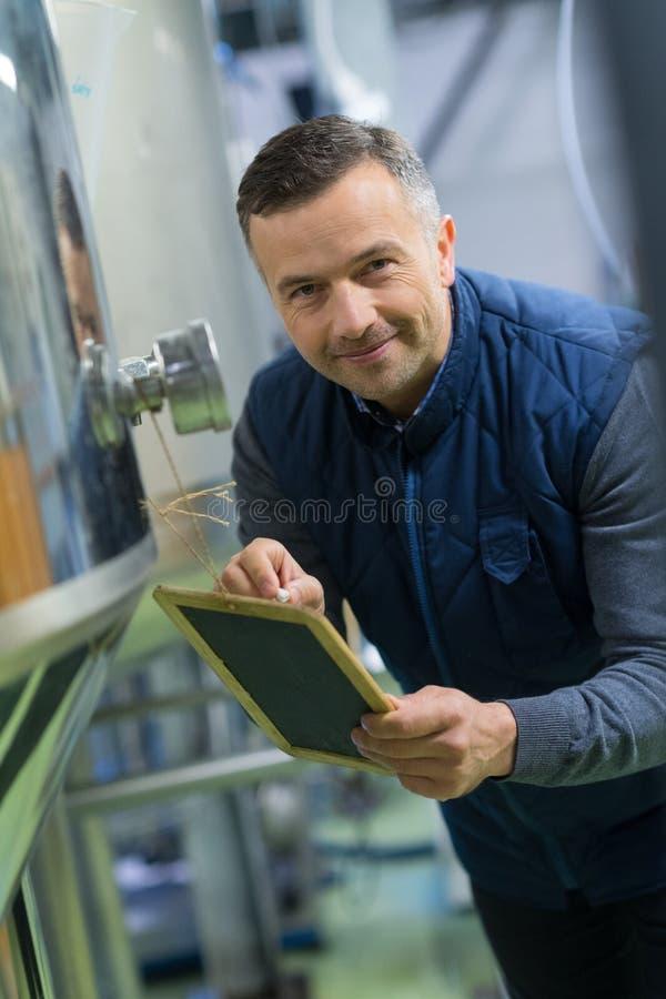 Mężczyzna robi notatkom w browarze obraz stock