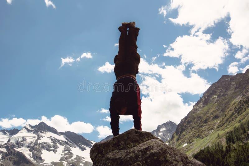 Mężczyzna robi powikłanemu joga ćwiczenia headstand zdjęcie stock