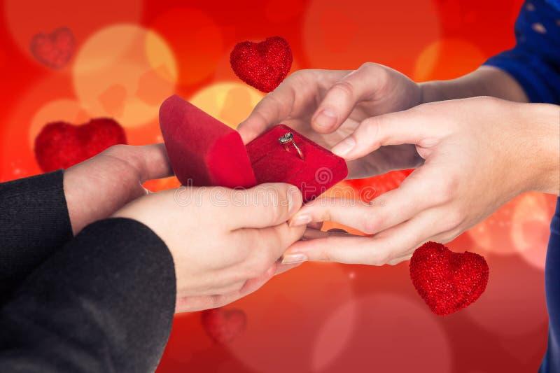 Mężczyzna robi propozyci na bokeh valentine tle zdjęcie stock