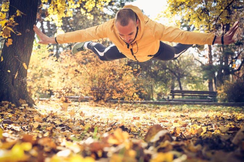 Mężczyzna robi pushups z skokiem W Drodze fotografia royalty free