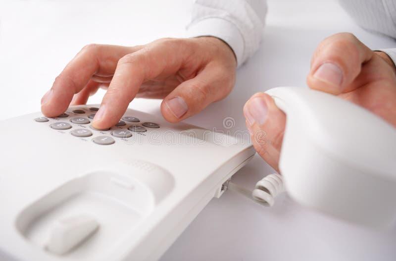 Mężczyzna robi rozmowie telefonicza na kablu naziemnym fotografia royalty free