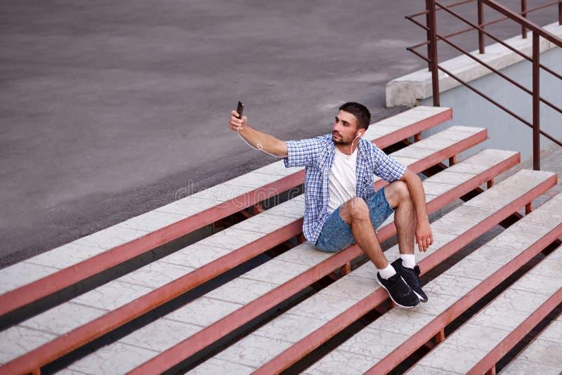 Mężczyzna robi selfies zdjęcie stock