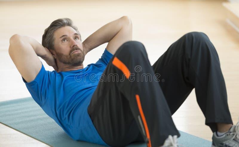 Mężczyzna Robi UPS Na ćwiczenie macie obrazy stock