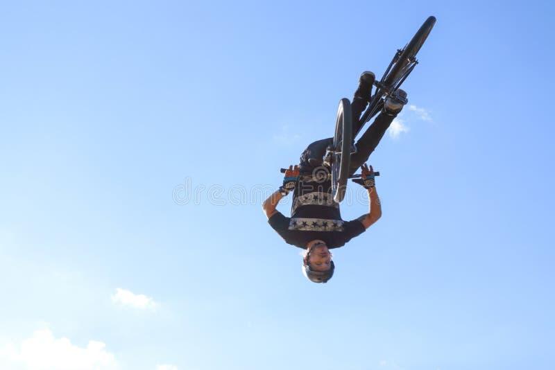 Mężczyzna rowerzysta skacze fotografia royalty free