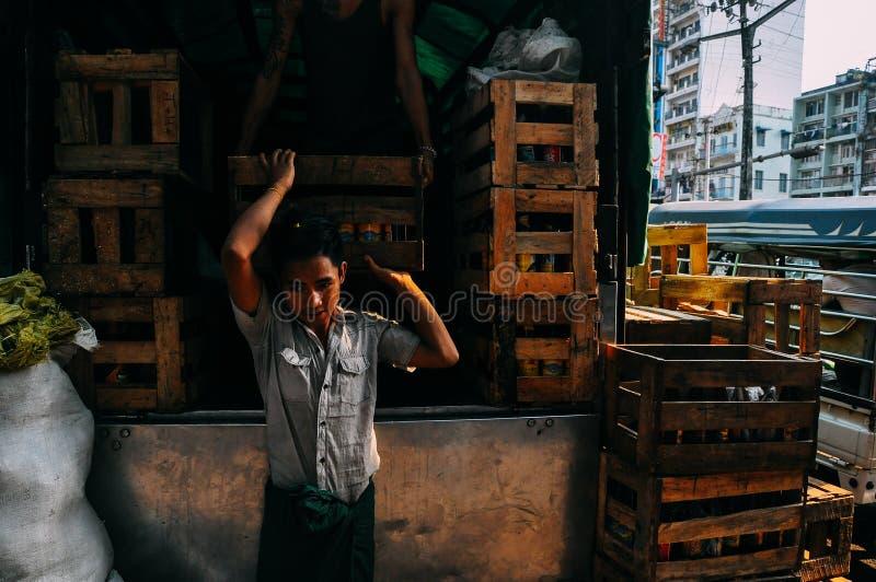 Mężczyzna rozładunkowe skrzynki w Yangon zdjęcia royalty free