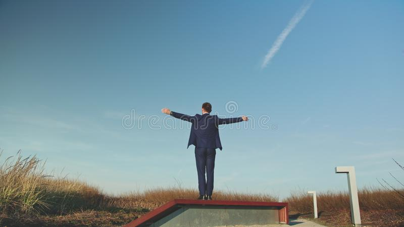Mężczyzna Rozprzestrzenia jego ręki w polu zdjęcie royalty free