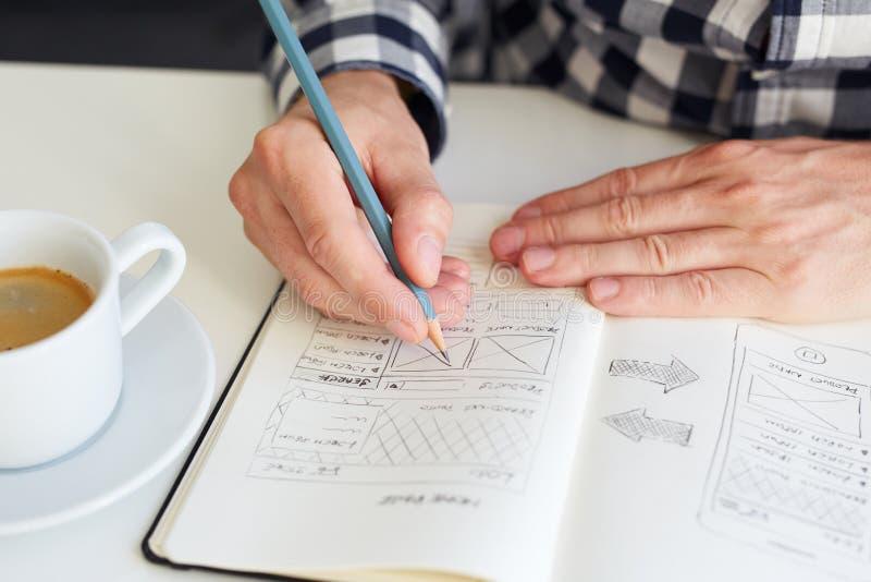 Mężczyzna rysuje nakreślenie dla strony internetowej zdjęcia royalty free
