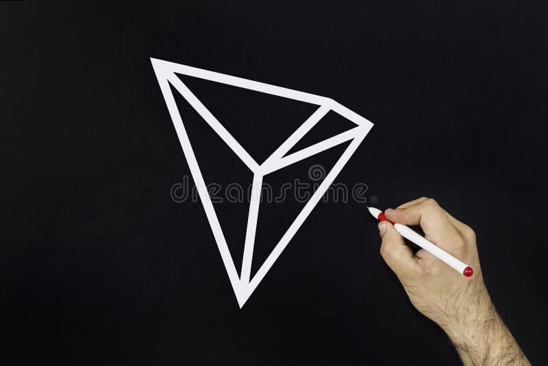 Mężczyzna rysuje symbol nowy 2018 cryptocurrency - Tron moneta na blackboard fotografia royalty free