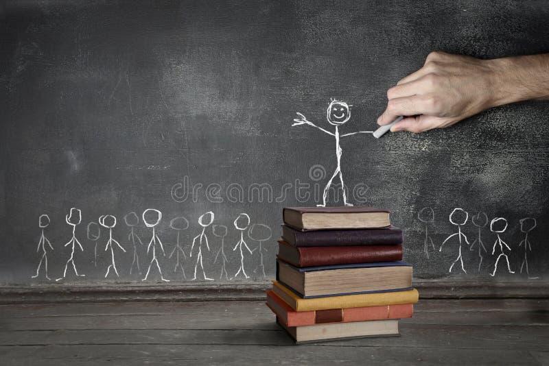 Mężczyzna rysunek na blackboard zdjęcie stock