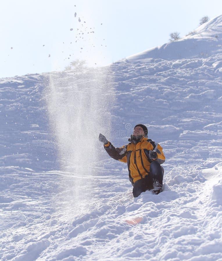 Mężczyzna rzuca śnieg w zimie obraz stock