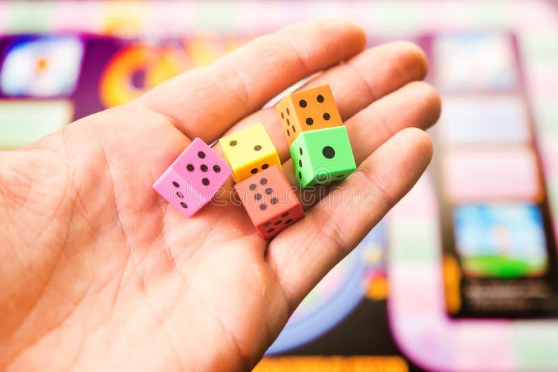 Mężczyzna rzuca kostka do gry na placu zabaw Ludzie sztuk gier planszowa zdjęcie royalty free