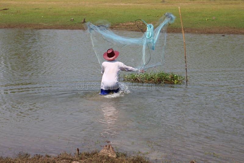 Mężczyzna rzucają sieć na rzece zdjęcia stock