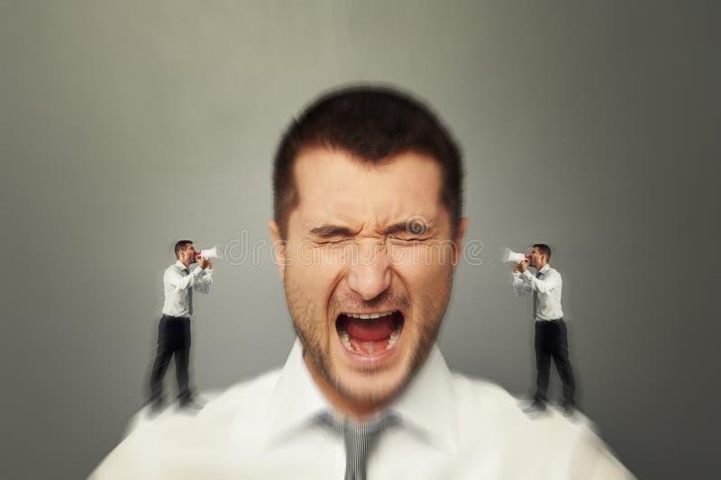 Mężczyzna słucha jego wewnętrznego głos zdjęcie royalty free