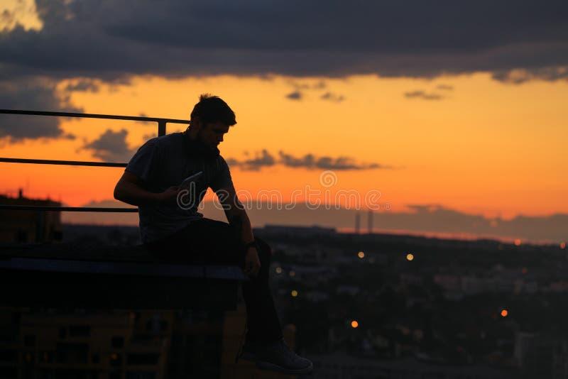 Mężczyzna słucha muzyka na dachu cloud słońca zdjęcie stock