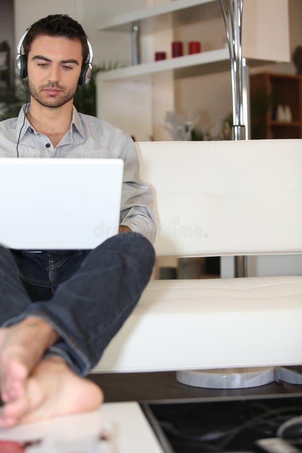 mężczyzna słuchające piosenki obraz stock